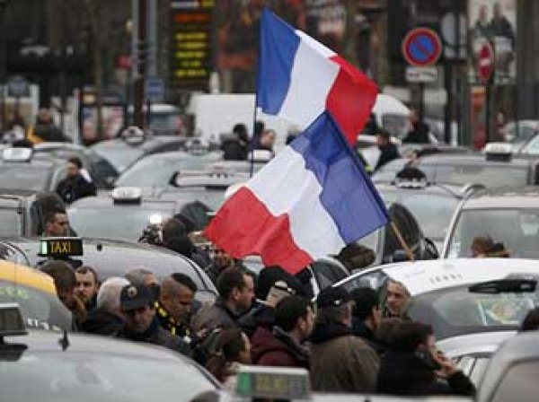 Во Франции забастовка таксистов вылилась в столкновения с полицией, есть раненые