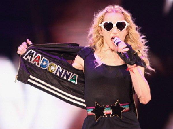 Мадонна укусила за палец фанатку из Красноярска