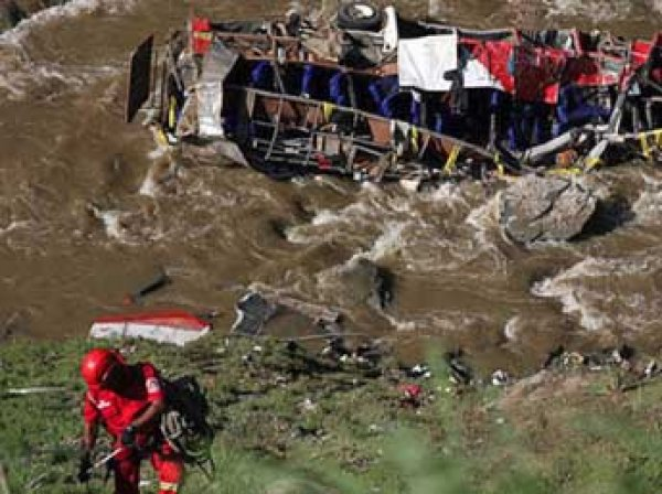 Автобус рухнул с обрыва в Перу: минимум 16 погибших