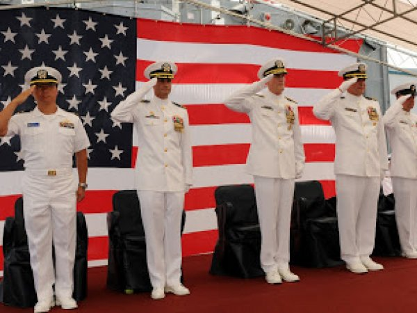 Офицер американского флота продавал секреты за подарки и услуги проституток