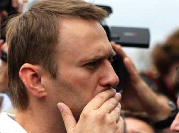 Навального закидали тортами прямо перед офисом его фонда