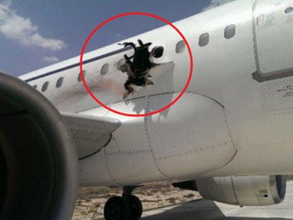 В Сомали пассажир снял на видео полет в самолете после взрыва на борту