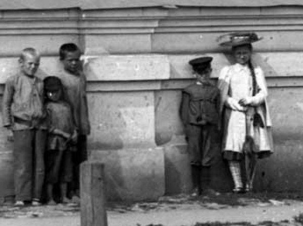 На столетних фото Красноярска ученые увидели девочку-призрака