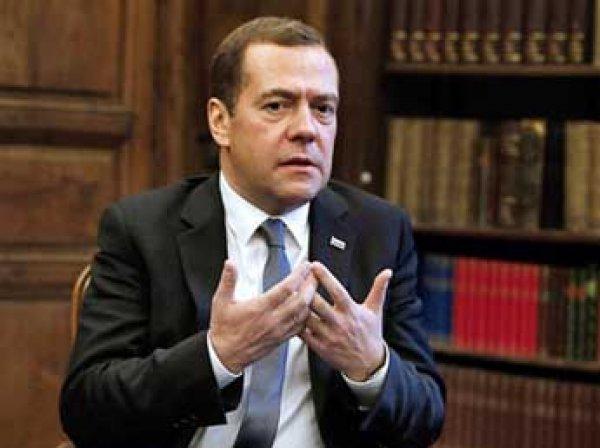 Медведев назвал бандитами националистов, блокировавших фуры из РФ на Украине