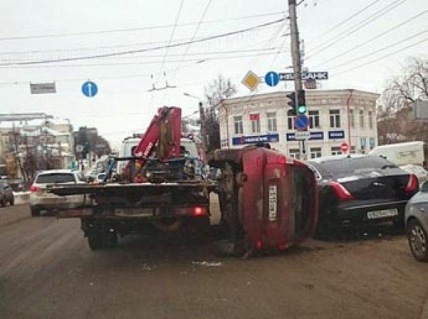 В Кирове Lada Kalina на ходу выпала из эвакуатора и раздавила Jaguar