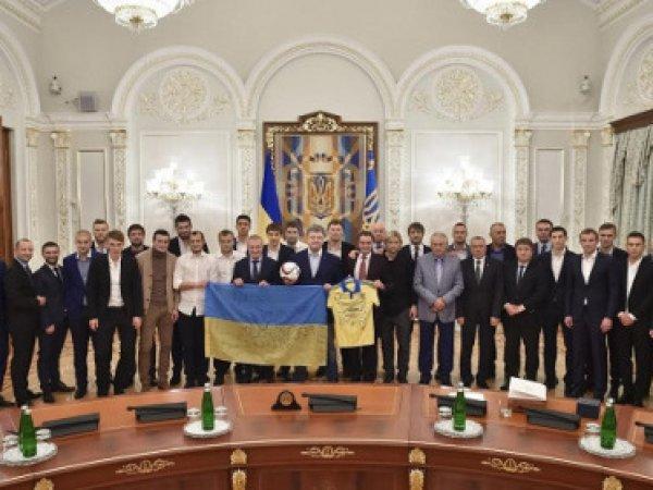 Порошенко выдал огнестрельное оружие футболистам сборной Украины по футболу