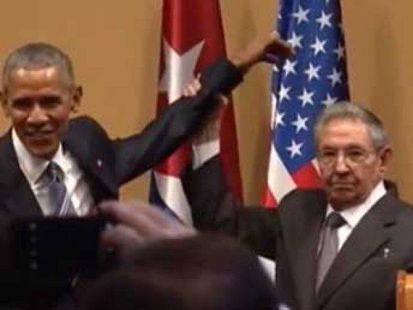 Рауль Кастро не позволил Обаме похлопать себя по плечу (видео)