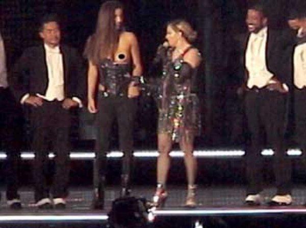 Мадонна раздела 17-летнюю фанатку прямо на сцене