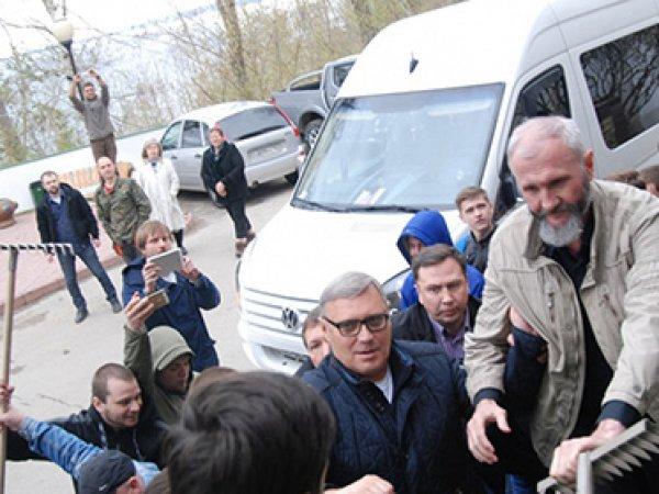 Жители Тольятти встретили Касьянова с граблями (ФОТО)(ВИДЕО)