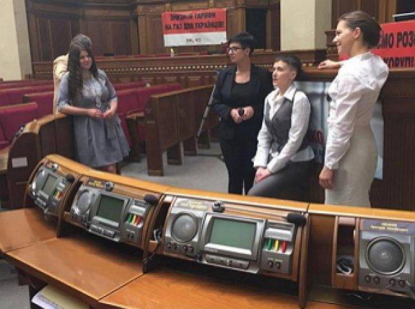 Савченко пришла в зал Верховной Рады босиком