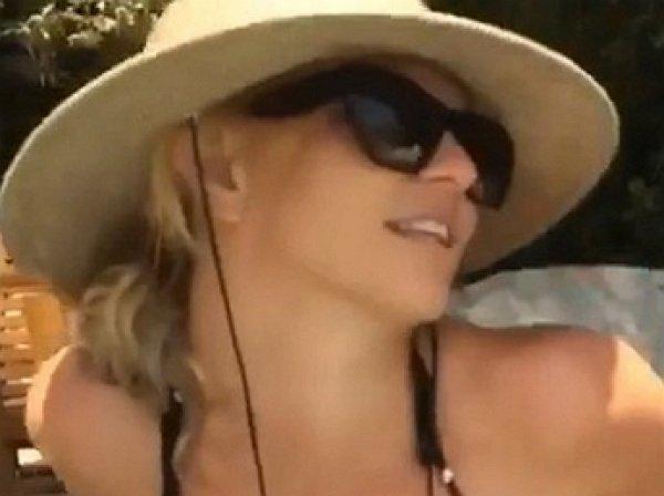 Бритни Спирс опубликовала откровенное видео в бикини