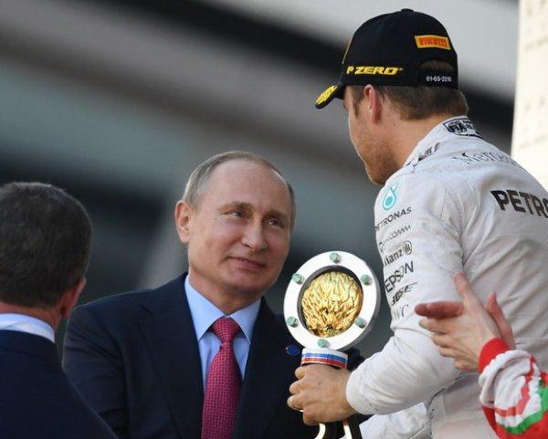 """Путин лично вручил главный трофей победителю Гран-при Сочи """"Формулы-1"""" Нико Росбергу"""