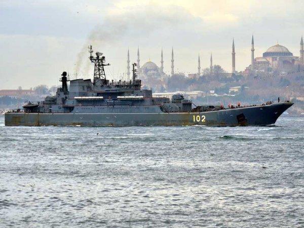 Турция разглядела танки на борту шедшего через Босфор российского судна (ФОТО)