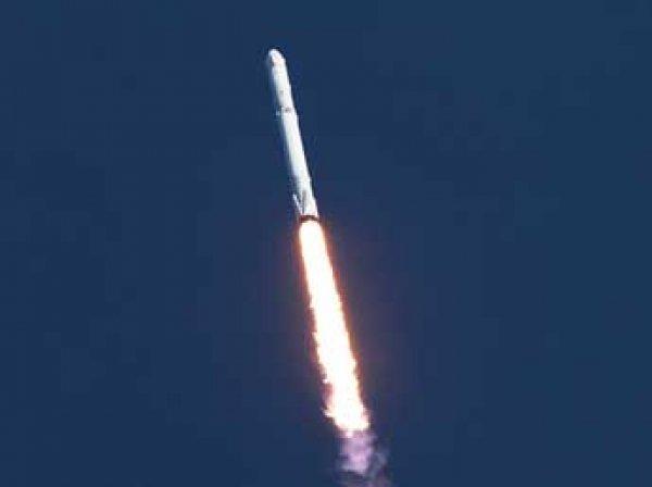 SpaceX повторно успешно посадила ступень ракеты на платформу в океане