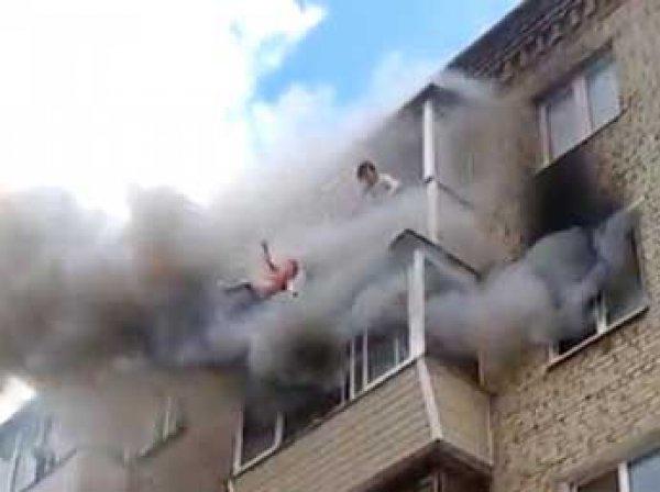 В Сеть попало видео прыжка семьи с детьми с 5 этажа дома под Владимиром во время пожара (ВИДЕО)