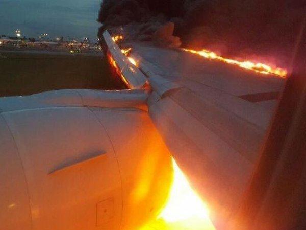 """В аэропорту Сингапура во время посадки загорелся пассажирский """"Боинг"""""""