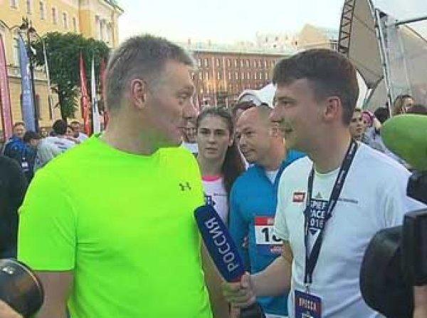 Песков, Захарова и Греф пробежали по центру Петербурга в рамках ПМЭФ (ВИДЕО)