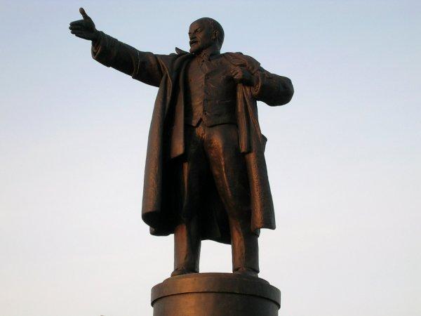 В центре Москвы свалили с постамента и обезглавили памятник Ленину (ФОТО)