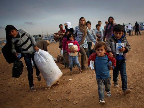 СМИ: сирийские дети-беженцы шьют форму для ИГИЛ в Турции