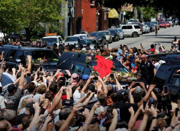Селфи Шварценеггера и Клинтона на похоронах Али вызвала бурю в соцсетях (ФОТО)