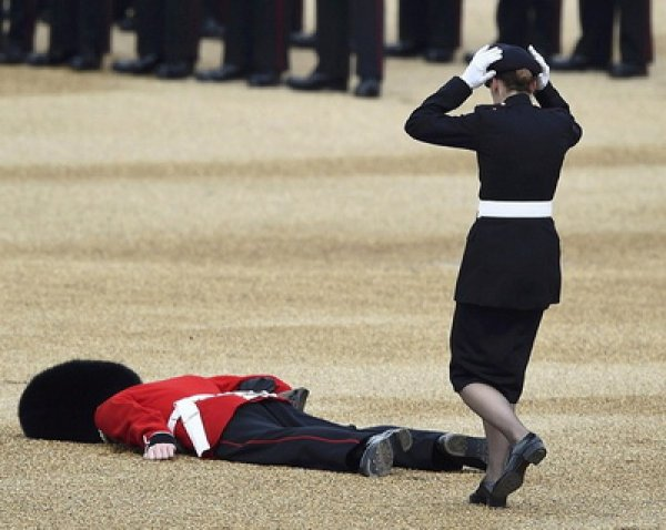 На праздновании юбилея Елизаветы II гвардеец упал в обморок перед королевой (ВИДЕО)