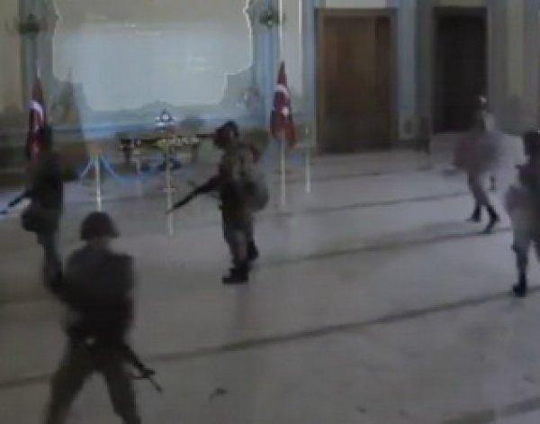 Опубликовано видео захвата мятежниками здания администрации Стамбула