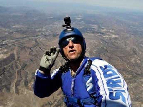 Экстремал из США впервые в мире совершил прыжок без парашюта с высоты 7,6 км (ВИДЕО)