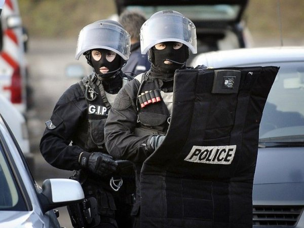 СМИ: взятому во Франции в заложники священнику перерезали горло (ФОТО)