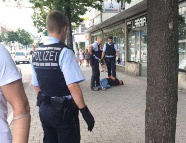 Момент нападения беженца с мачете на женщину в Германии попал на ВИДЕО