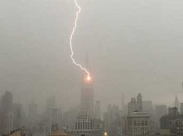 В здание Empire State Building попала молния (ВИДЕО)