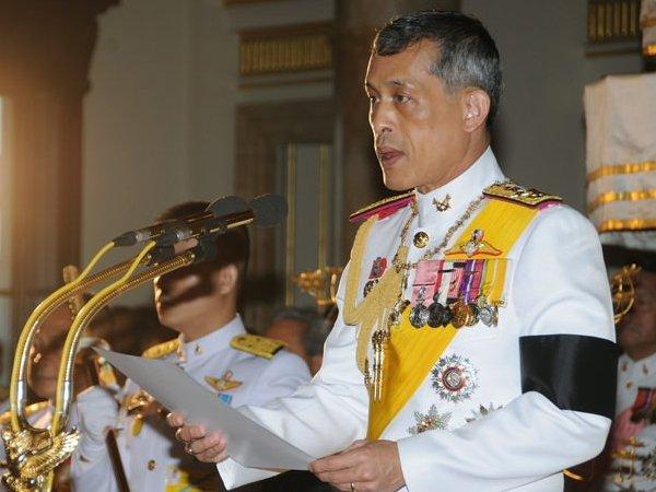 63-летний принц Таиланда прилетел в Мюнхен с белым пуделем, в сандалиях и топике (ФОТО)