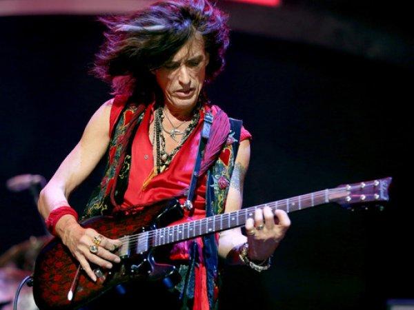 Гитарист Aerosmith упал без сознания прямо во время концерта в Нью-Йорке (ВИДЕО)