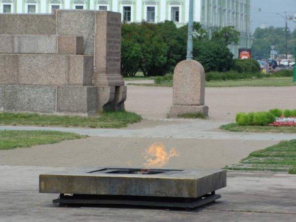 В Петербурге на Вечном огне на Марсовом поле пожарили шашлык