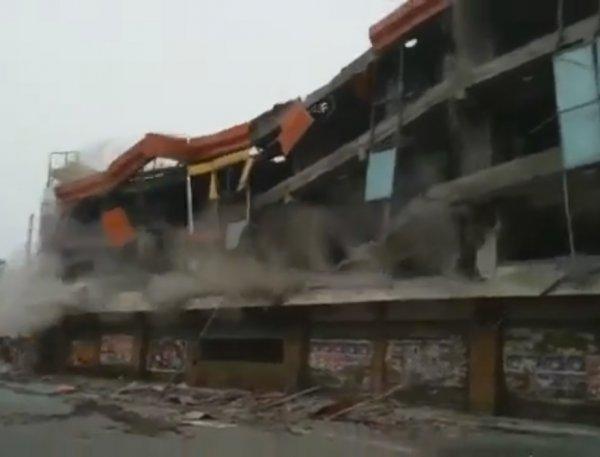 В Индии снесли торговый центр вместе с людьми: 4 погибших
