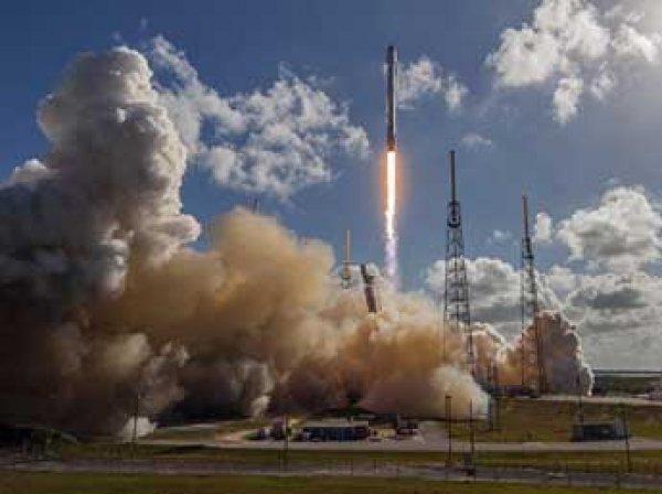 SpaceX посадила первую ступень Falcon 9 на космодром и отправила Dragon к МКС