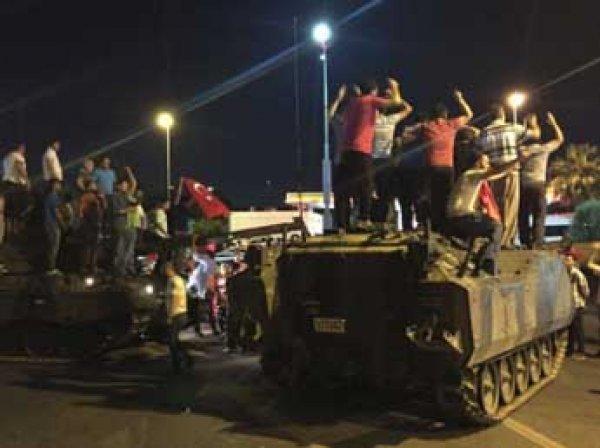 В Стамбуле ввели чрезвычайное положение, СМИ говорят о войне между Турцией и США