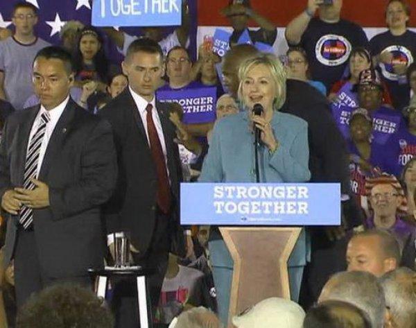 Приступ паники Хиллари Клинтон во время выступления попал на ВИДЕО