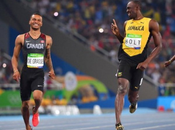 Олимпиада 2016 в Рио: Усейн Болт и Де Грассе обменялись улыбками на финише полуфинального забега на 200 метров (ФОТО, ВИДЕО)