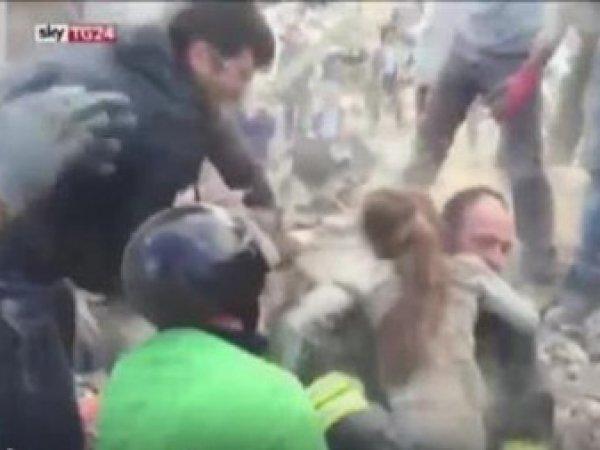 Землетрясение в Италии 2016: опубликовано ВИДЕО счастливого спасения 10-летней девочки