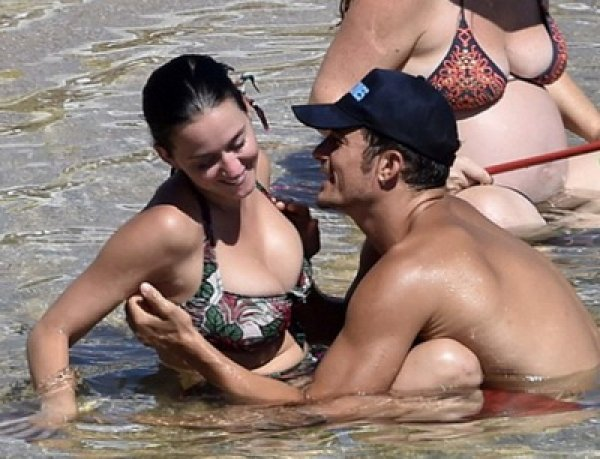 Орландо Блум и Кэти Перри вновь взорвали Сеть интимными ФОТО с пляжа в Сардинии