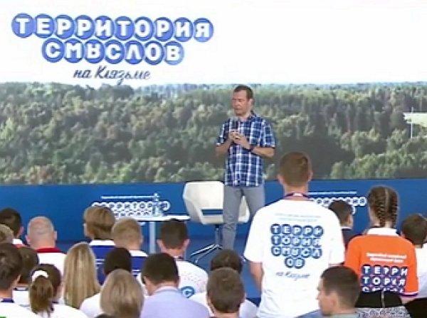 """""""Если хочется денег зарабатывать, есть масса прекрасных мест"""": Медведев научил учителей жить"""