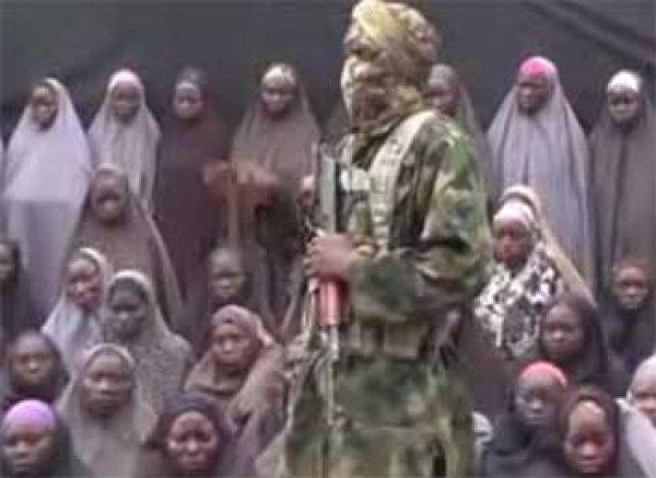 """Боевики """"Боко Харам"""" выпустили ВИДЕО с похищенным в Нигерии школьницами"""