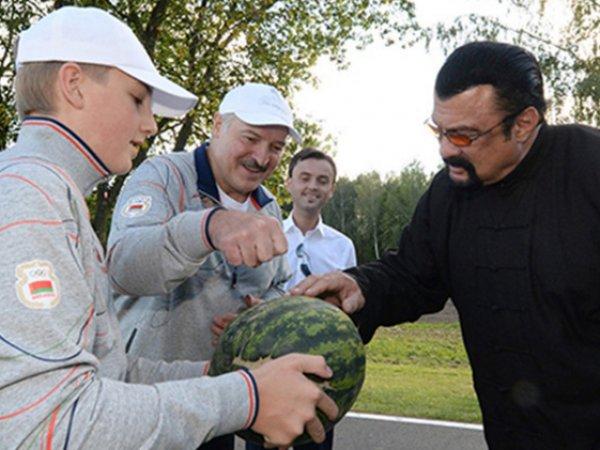 Лукашенко угостил Стивена Сигала морковкой и арбузом (ФОТО, ВИДЕО)
