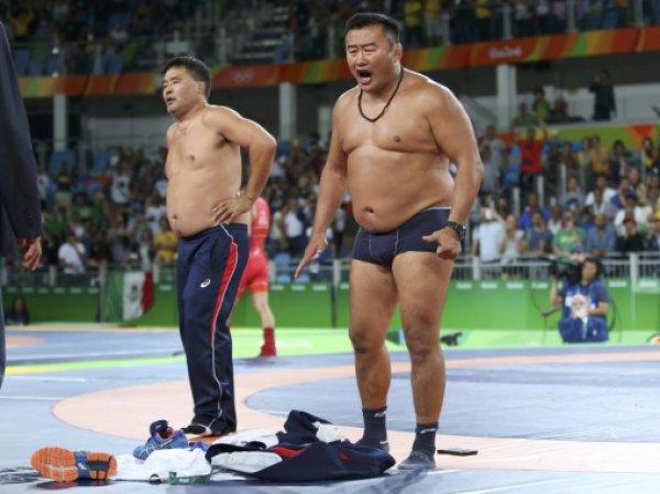 Скандал в Рио: монгольские тренеры разделись перед судьями до трусов в знак протеста (ФОТО, ВИДЕО)