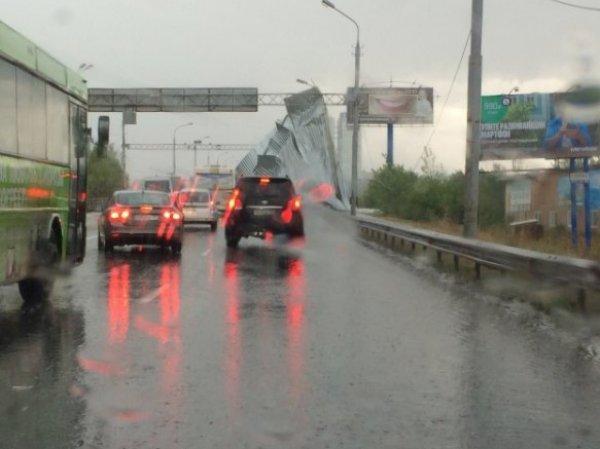Ураган в Перми 28 августа 2016 забросил железную крышу на мост (ФОТО, ВИДЕО)