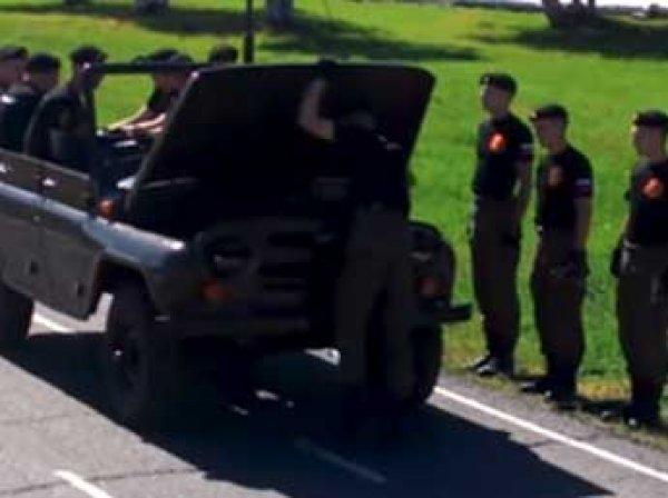 В Омске курсанты впервые в мире разобрали и собрали УАЗ за 90 секунд (видео)
