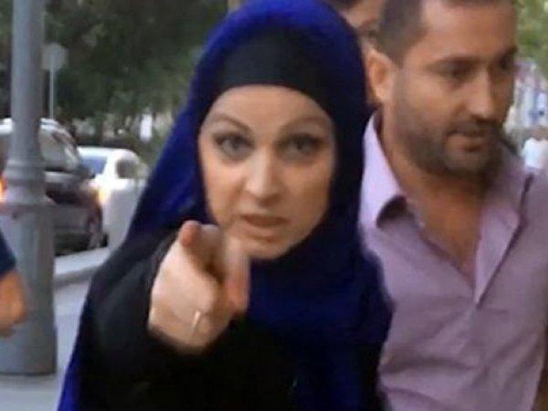 """В центре Москвы женщина в хиджабе напала на активистов """"Стопхама"""" (ВИДЕО)"""