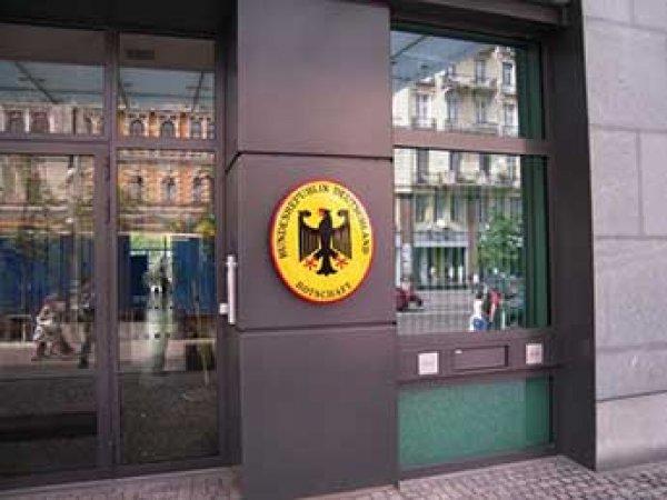 """У консульства Германии в Москве повесили баннер """"Вы больные на голову"""""""