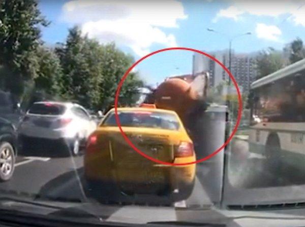 """Видео, как в Москве """"разорвало"""" автоцистерну с фекалиями, попало в Сеть"""