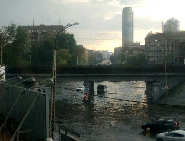 Ливень в Екатеринбурге 14 августа 2016: в городе из-за наводнения провалился асфальт (ФОТО, ВИДЕО)